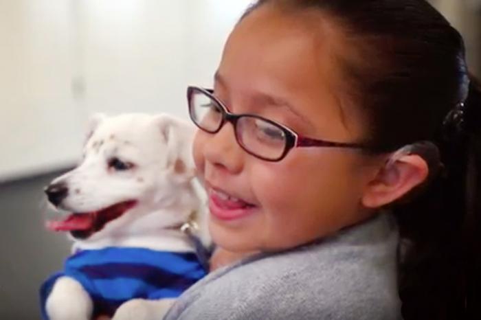 Julia et son chien sourd Walter ? Ils s'entendent très bien !